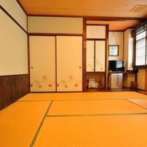 【和室二間(8畳+8畳)】玄関から左手のお部屋(2間は独立しています)