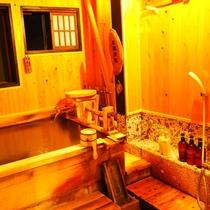 【はなみずき】半露天風呂付客室の半露天風呂(源泉かけ流し)