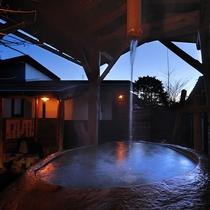 【離れの貸切風呂「石」】夜の露天風呂。