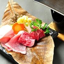 【ご夕食】里山の懐石の一品(上州牛ミニステーキやお野菜をくわで焼く)
