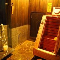 【やまぼうし】陶器露天付客室のお風呂には箱蒸し風呂がありリラックス!