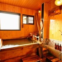 【はなみずき・禁煙】半露天風呂付客室の半露天風呂(源泉かけ流し)
