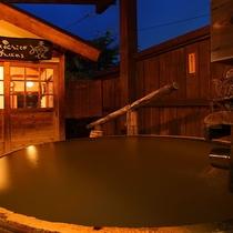 【離れの貸切風呂「釜」】夜のお風呂はとても幻想的です!