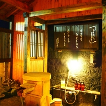 【もみじ】露天たる風呂付客室のお風呂(夜)