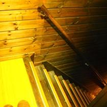 【やまぼうし】露天陶器風呂付客室のお風呂へは階段を降ります。