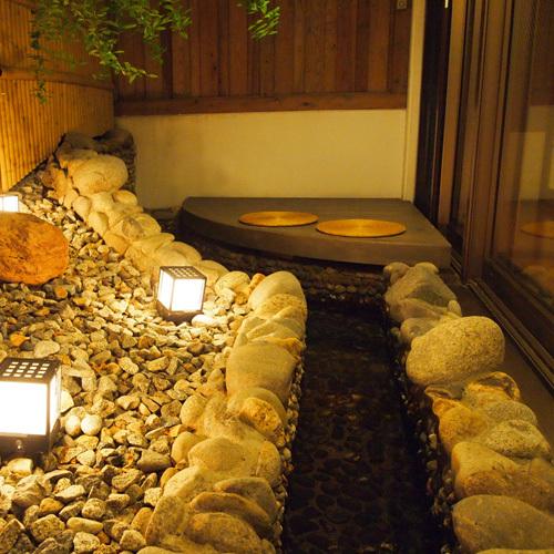 【茶寮露天風呂付客室】茶寮の魅力の一つである足湯。ほっこり温まるも良し、肩を並べて語らうも良し。