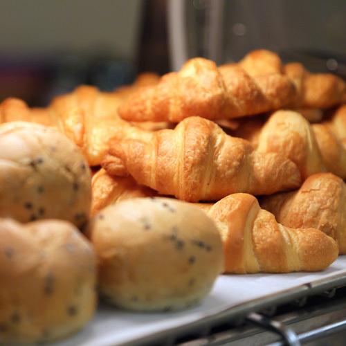 【朝食ブュッフェ】朝はパン派のお客様もお楽しみいただけるようふんわりパンもご用意しております。
