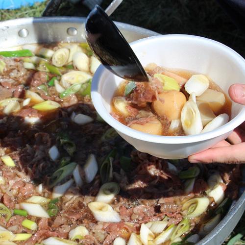 【山形=いも煮】山形と言えば「いも煮」採れたての里芋を早速いも煮へ。お客様へ提供できるか確認します。