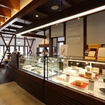店内は菓子工房オリジナルの商品やイートインスペースでおいしいスイーツを気軽に楽しめる。