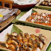 【朝食ブュッフェ】焼き魚・刺身・煮魚など、魚料理も複数取り揃えております。