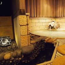 【茶寮露天風呂付客室:朝日】楕円形のお風呂が特徴の朝日。広々とした湯船が人気の露天風呂です。