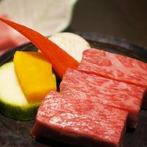 【米沢牛ステーキ】霜降りが多い米沢牛ステーキは柔らかさはもとより食べ応えのある良質の脂身が絶品。