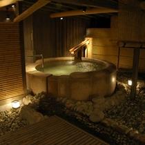 【茶寮露天風呂付客室プレミアム:御所】円形の石風呂。100%源泉掛け流しです。