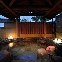 【茶寮露天風呂付客室プレミアム:湯殿】一枚岩を掘った丸型岩風呂。100%源泉掛け流し。