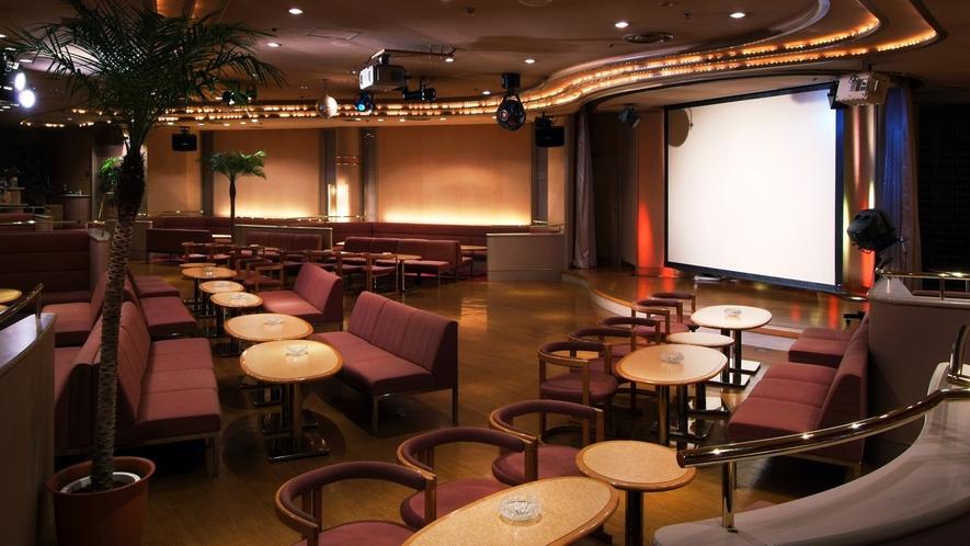 【クラブ21】大型スクリーンが特徴。賑やかな気分のまま大人数でお酒を楽しみたい方へ。