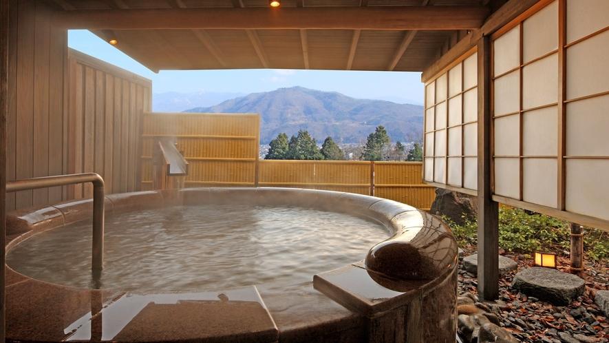 【茶寮プレミアム:御所】大きな丸い石で作られた広々と寛げる露天風呂が特徴の御所。