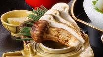 【松茸会席】(松茸土瓶蒸し)松茸の味が染みこんでコク深い味わいが人気の一品です。