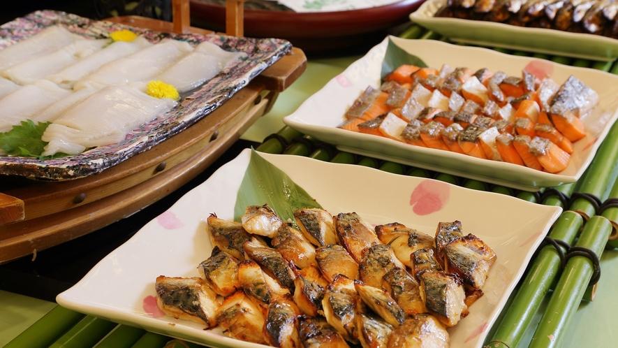 【朝食ビュッフェ】焼き魚・刺身・煮魚など、魚料理も複数取り揃えております。
