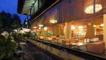 【ラウンジ】雅びな雰囲気が漂うラウンジ「花むかえ」は、お客様と古窯との出会いの空間です。