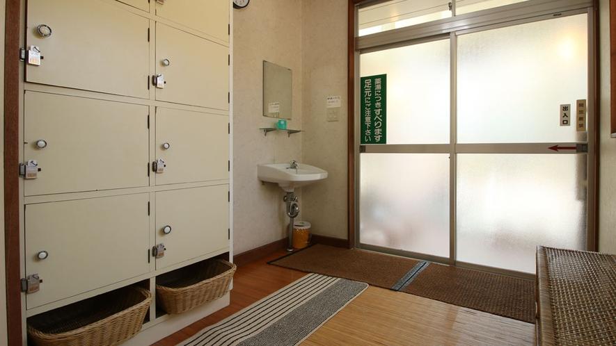 【温泉】貸切の時間帯は脱衣所の内鍵をかけてご利用下さい。