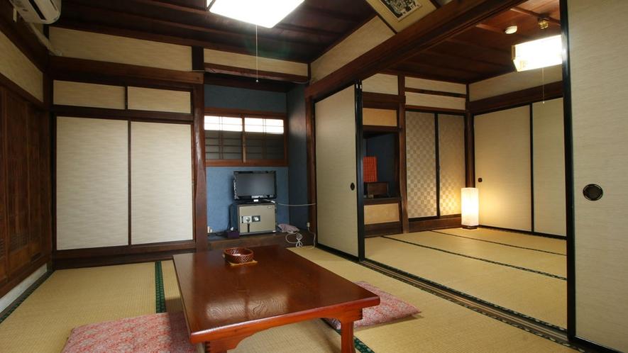 【客室一例】昔ながらの湯治部屋12畳は入り口が襖で仕切られております。