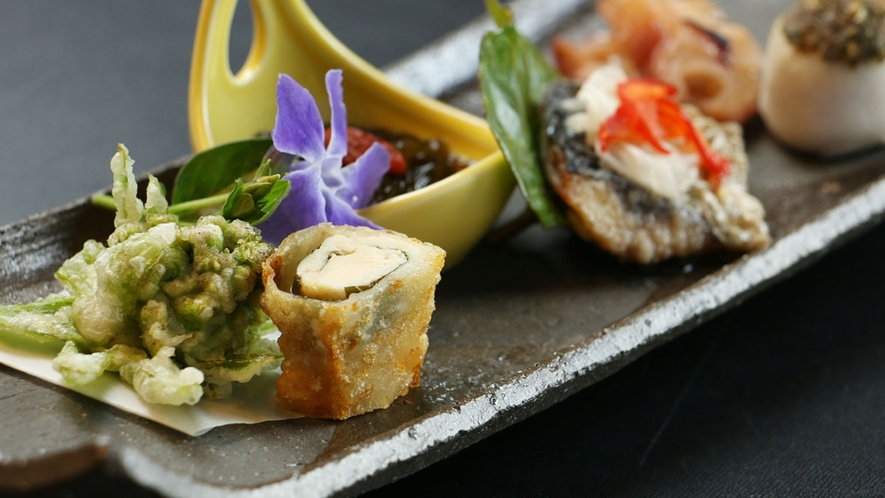 【ご夕食一例】山の幸や海の幸の旬を感じられるお料理が並びます。