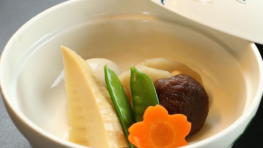 【ご夕食一例】それぞれに味付けした炊合せは自慢の一品!