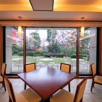 【朝食会場-ブラッサムガーデン-】 いちりきの朝食は、庭園を眺めながら――。