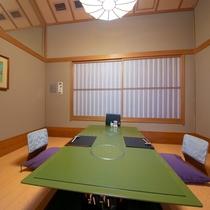 【お食事処】 様々な広さ・雰囲気のお部屋が全部で7つ。間仕切りでゆっくりとお召し上がり頂けます。