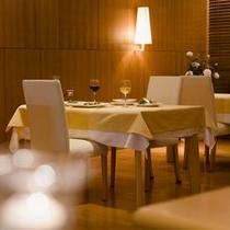 【レストラン】柔らかな照明の中、ゆっくりとお食事をお楽しみください。