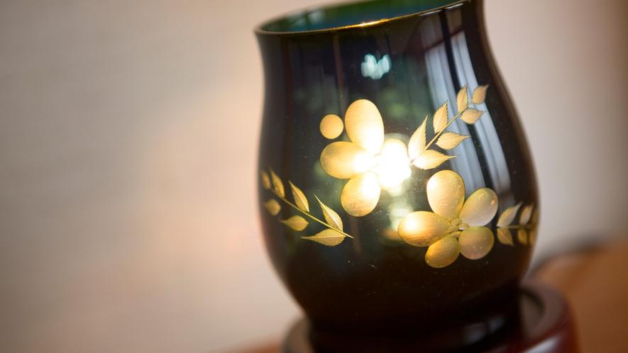 ステンドグラスの照明が室内を幻想的に照らします。