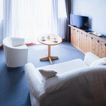 【メゾネットタイプ洋室】大きな窓から自然光が差し込むリビングルーム
