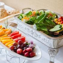 【ご朝食】野菜やベーコン、パン、ジャムなど「自家製」にこだわった朝食セットをご用意