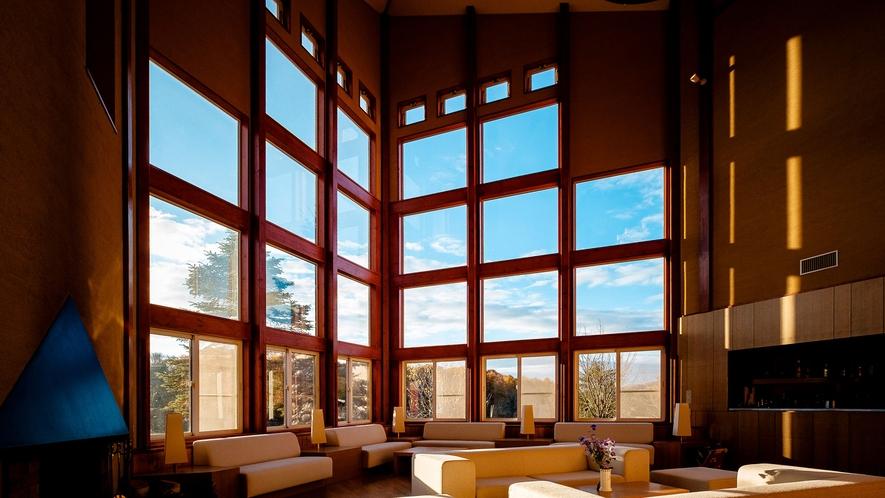 【ロビー】大きな窓からは美しい青空を楽しむことができます。