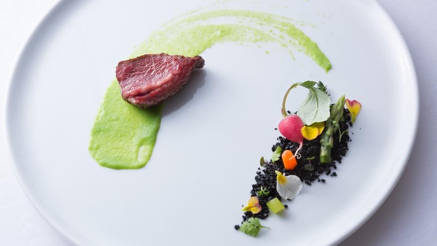 【夕食一例】緑・土・野菜。「皿の上の自然」を表現した一皿です。
