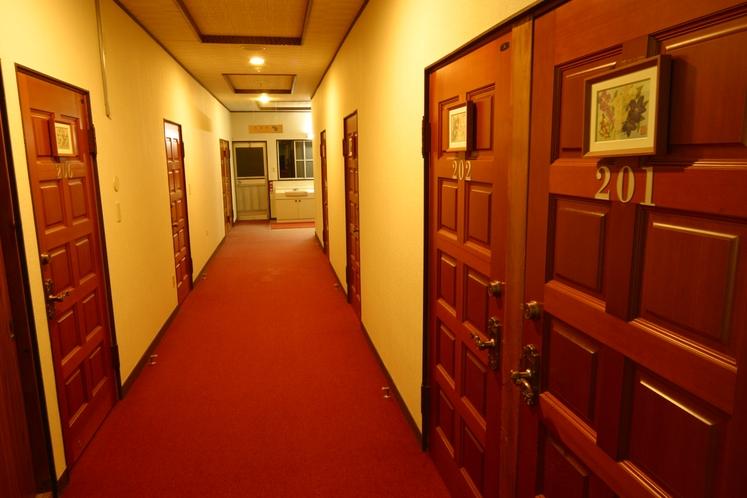 広々と清潔な廊下。