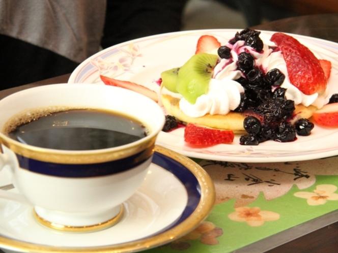 喫茶スペースで味わえる、ブルーベリーソースのフルーティーなパンケーキ。