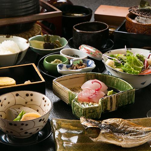 【ご朝食一例】 *特注の釜炊きご飯、焼き海苔、特製味噌、毎朝作る自家製豆腐も並びます。