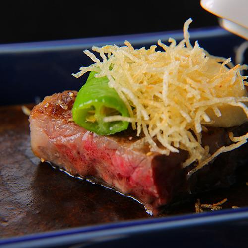 【強肴一例】 *足柄牛陶板焼き 塩とステーキソース。絶妙な焼き加減でお召し上がりいただきます。
