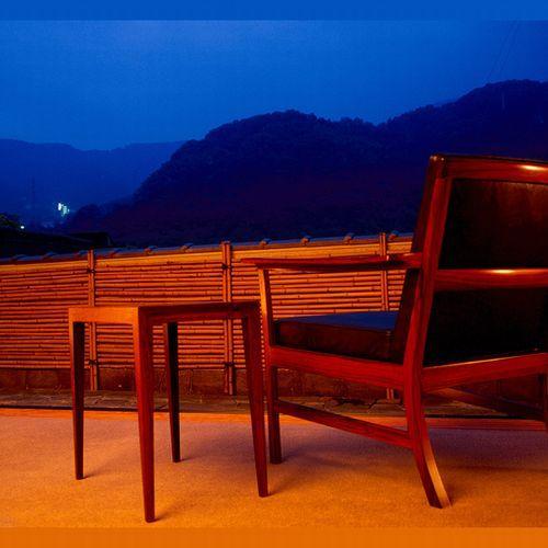 【ロビーより】 *ロビーから望む夜景でも、山並みの稜線をお楽しみいただけます。