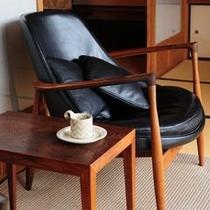 【「ふきや」を彩るデンマークの椅子】 *IB KOFOD-LARSEN(イブ・コボド・ラーセン)