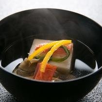 【椀物一例】 *厳選した月替わりの四季を感じる日本料理をお部屋でお楽しみ頂きます。