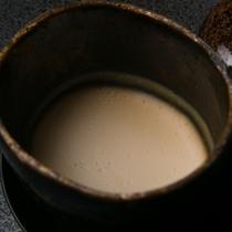 【ご朝食一例】 *北海道産大豆「トヨマサリ」の豆乳で、毎朝にがりをうって作るお豆腐です。