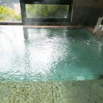【大浴場】 *こんこんとわき出る温泉。湯冷めしにくく、無色透明で肌あたりの柔らかなお湯です。