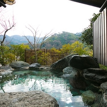 【露天風呂】 *露天風呂からの夏の景色、「湯河原に溢れる緑」をお楽しみ下さい!