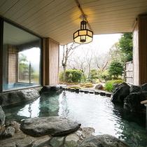 【岩露天風呂】 *男女別大浴場にそれぞれある岩露天風呂。貸切露天と合わせ全部で7つの浴槽がございます
