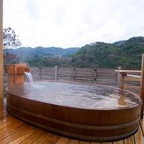 【貸切露天風呂:一例】 *3階の貸切展望露天風呂は檜を材料に使ったオーバル型の湯舟