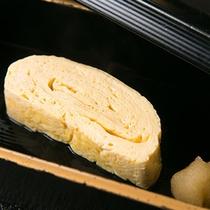 【ご朝食一例】 *日本伝統料理の代表格、特製だし巻き卵。ふきやのお出汁で手をかけたひと品です。