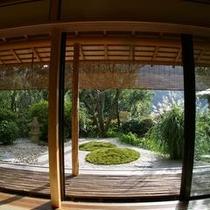 【お部屋より】 *広々とした窓から覗く開放的な日本庭園。眺めているとおのずと自分と向き合える庭です。