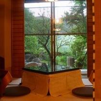 【お部屋より】 *新緑の季節、中庭の溢れんばかりの緑は、生命力にあふれています。